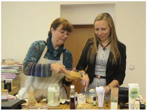 """Sabina Topolovec (rechts) und Sanja Loncar (links) leiteten den Workshop """"Die Heilkraft der Gewürze vervielfachen"""". Bild: Hirsch"""